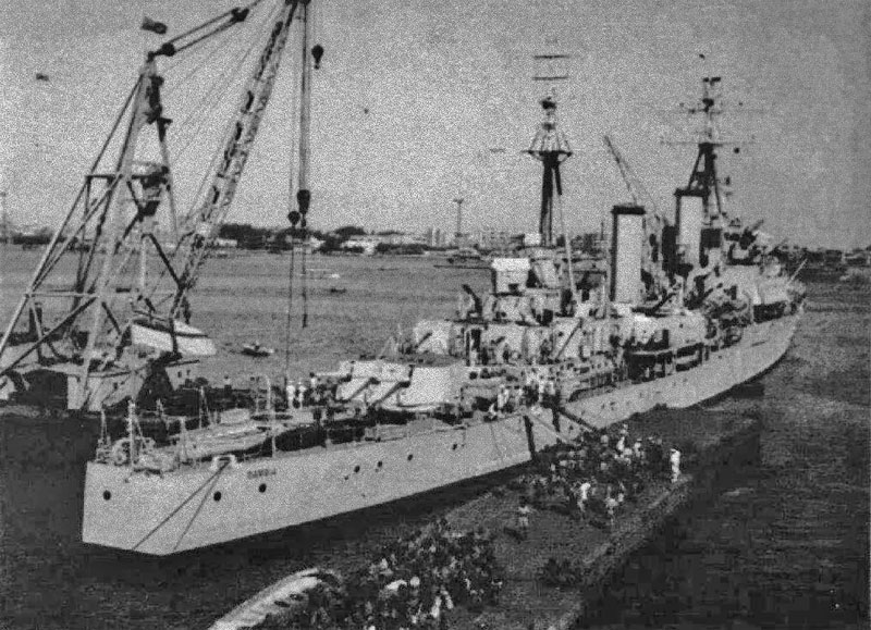 HMS Gambia evacuating 40 Commando
